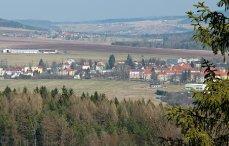 Pohled z Vlče přes Strašice na kamenolom ve Sv. Dobrotivé