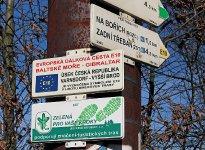 Označení dálkové trasy E10 v Halounech