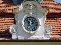 Rokokový štít s hodinami na mirošovském zámku