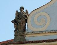Levý cherub na římse kostela v Mirošově