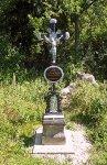 Křížek na památku hajného trýzněného pytláky v mraveništi, po rekonstrukci v roce 2013