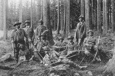 Plně vyzbrojená skupina Colloredo-Mansfeldských lesníků před 1. světovou válkou