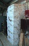 Zbytek masivní zdi, která oddělovala prostor s jámou od zbytku zkušebny