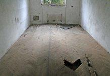 Vlhkostí vzedmutá parketová podlaha