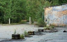 Autopark - základy demontovaných přístřešků, vpravo dílny