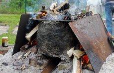 Z hrnce pícky unikají počáteční produkty procesu v podobě par a kouře
