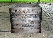 Jedna z původních přepravních beden. Původní obsah není znám, jisté ale je, že od dodavatele přicestovala po železnici přes stanici Černá nad Tisou