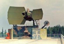 Radiolokátor 5N62V spolu s kabinou K-1B, v postavení na plošině jednoho z radiotechnických mostů. Foto ze sbírky Ing. Ivana Žúbora, pplk. v.z.