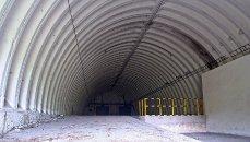 Interiér hlavního skladu, popředí rampa používaná při naskladňování raket