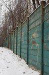 Betonová zeď kolem základny