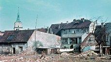 Demolice u náměstí, 1961